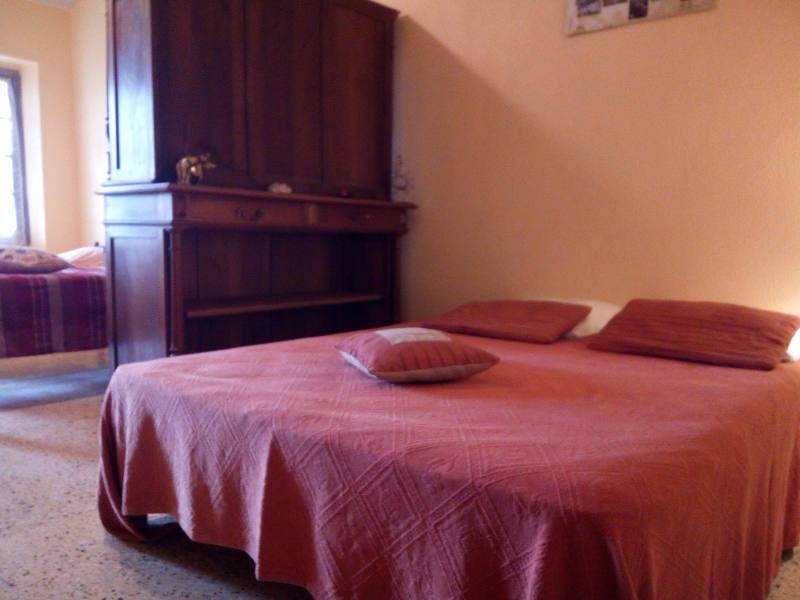 Un lit double dans chaque chambre